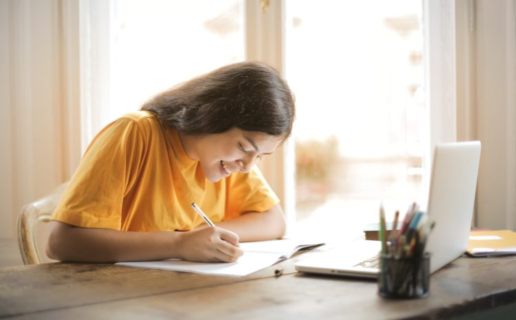Student taking online essay writing course